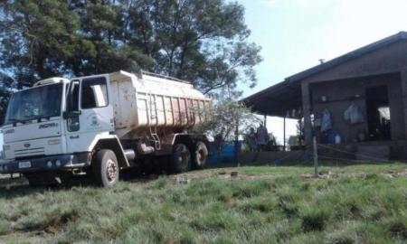 Por não ter barragens para armazenar hídrico, município leva água por meio de caminhões-pipa