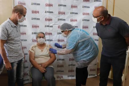 A servidora municipal, Noêmia da Silva Carvalho, foi a primeira hulhanegrese a receber a dose da vacina