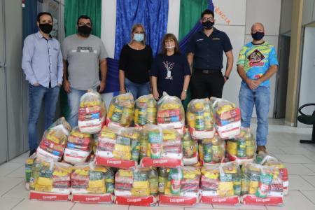 Confraria fez a doação de 32 kits de alimentação